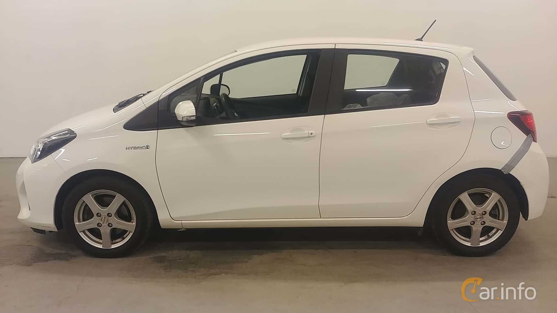 Side  of Toyota Yaris Hybrid 1.5 VVT-i CVT, 101ps, 2015