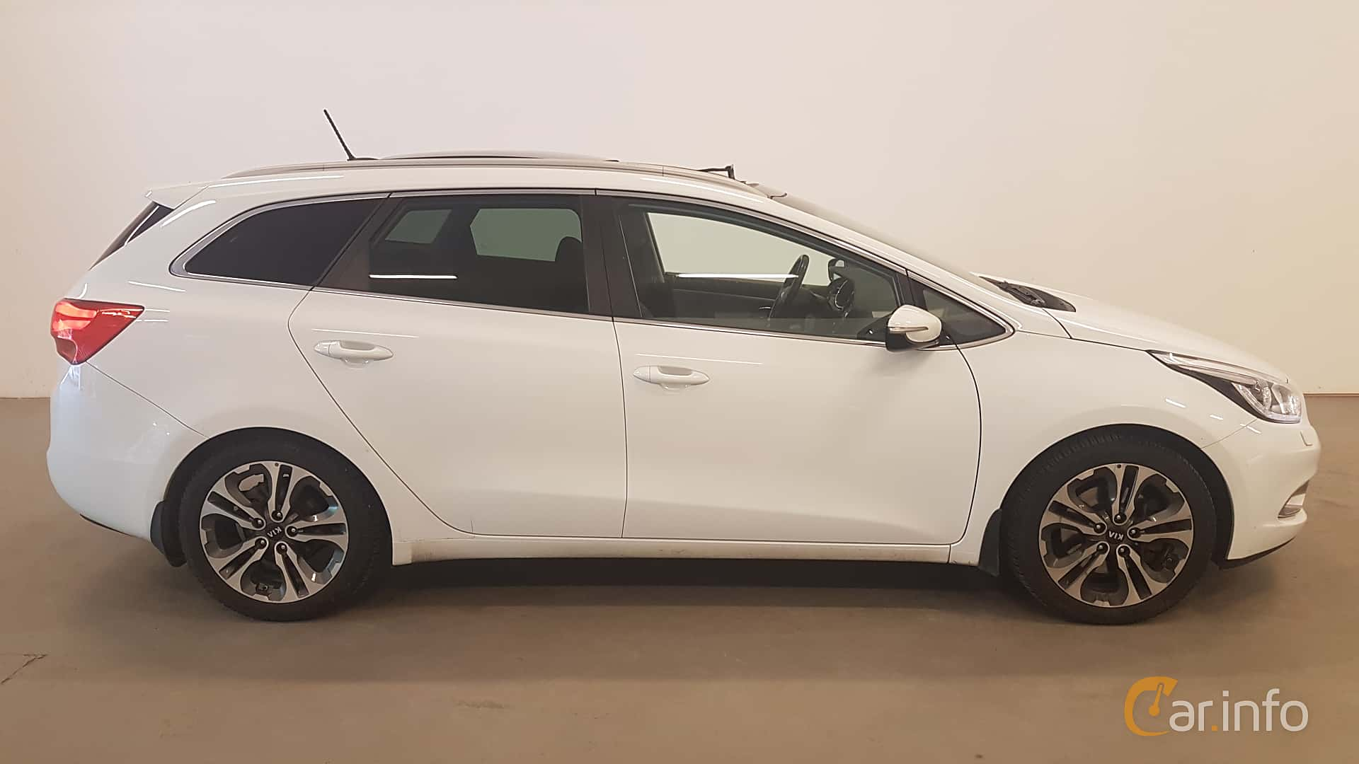 Side  of Kia cee'd_sw 1.6 CRDi Manual, 128ps, 2015