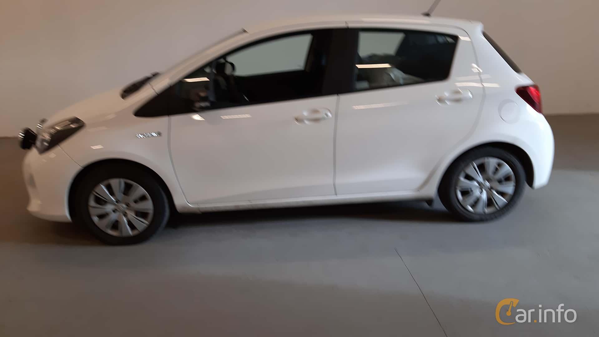 Side  of Toyota Yaris Hybrid 1.5 VVT-i CVT, 101ps, 2017