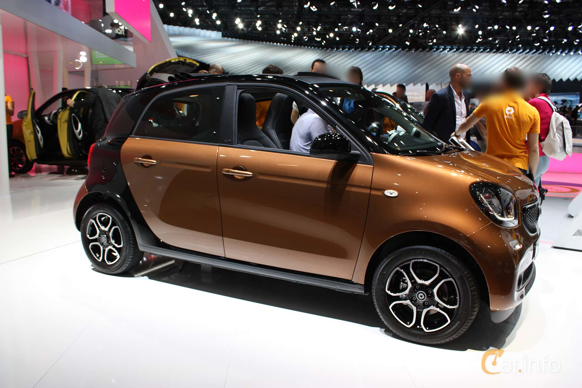Side of Smart forfour 1.0 Manual, 71ps, 2015 at Paris Motor Show 2014