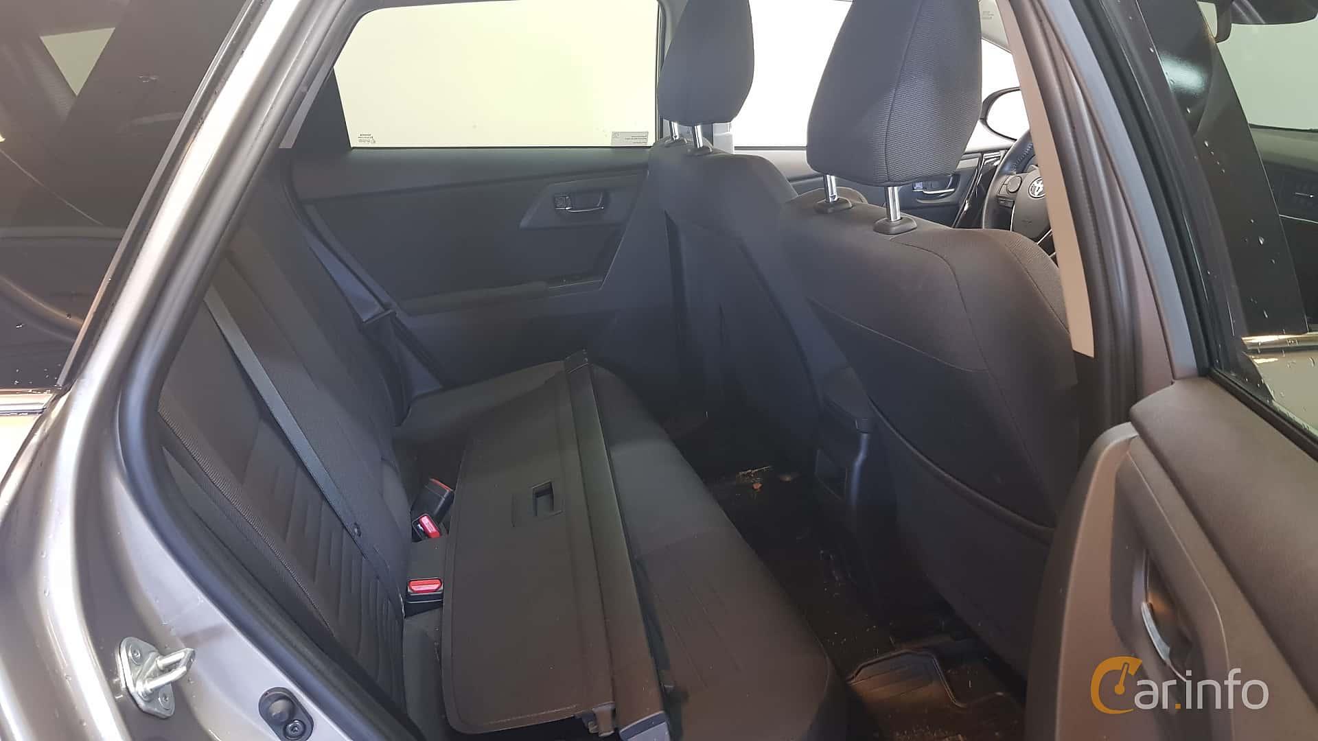 toyota-auris-touring-sports-interior-2-502399.jpg