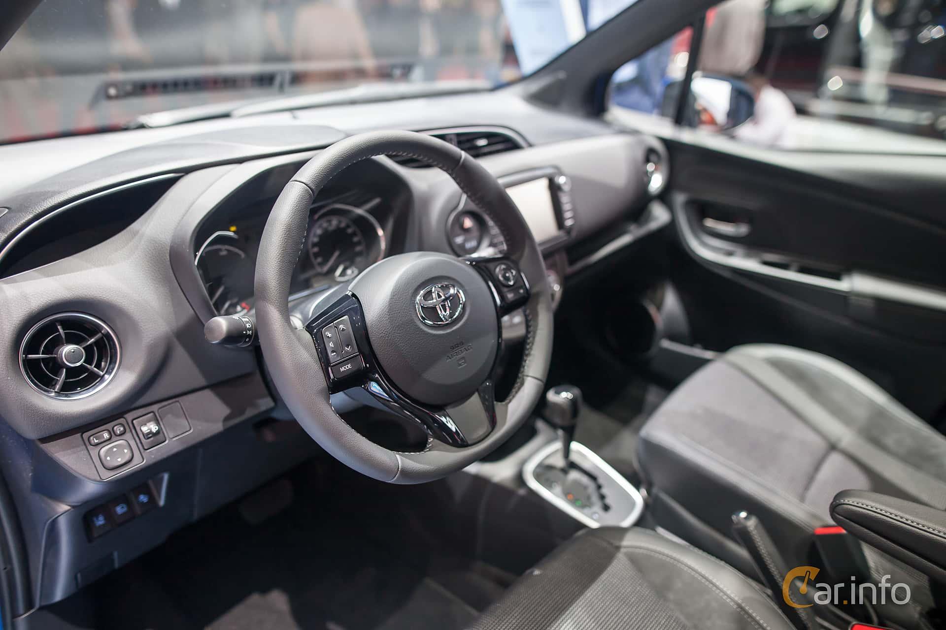Toyota yaris hybrid 1 5 vvt i cvt 101hk 2017 at geneva for Interieur yaris 2017