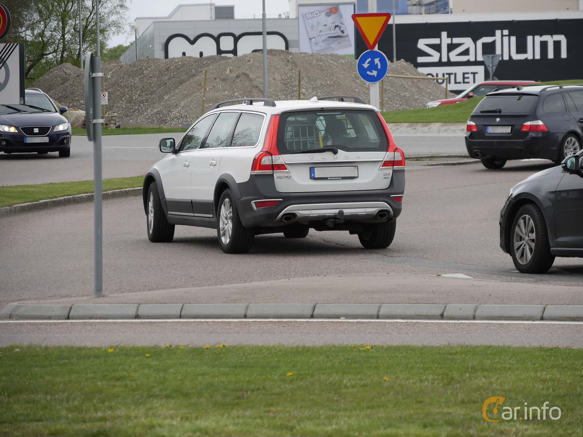 2 Images Of Volvo Xc70 D4 Awd Geartronic 181hp 2015 By