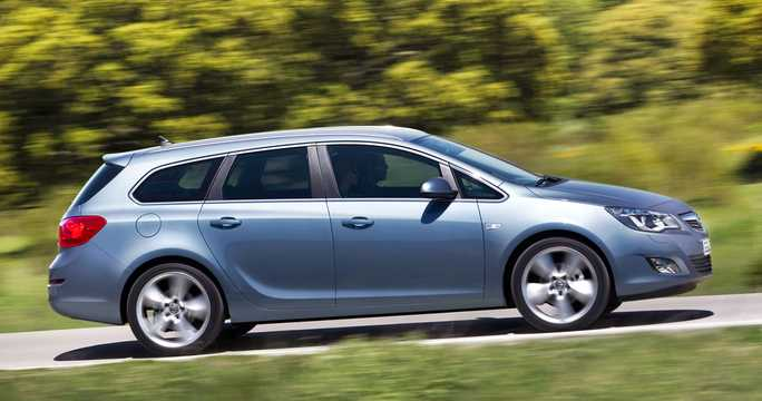 Side  of Opel Astra Sports Tourer 2013