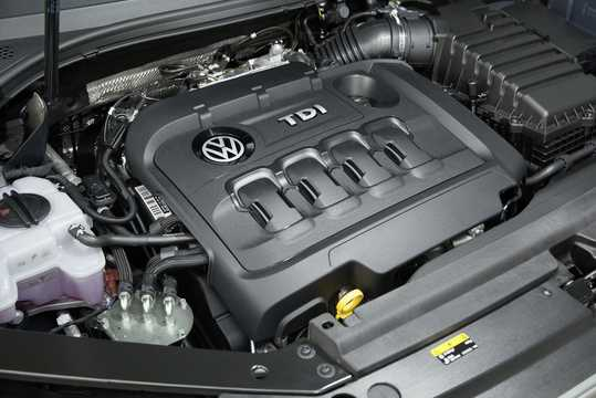 Engine compartment  of Volkswagen Passat Variant 2.0 TDI SCR BlueMotion 4Motion DSG Sequential, 240hp, 2017