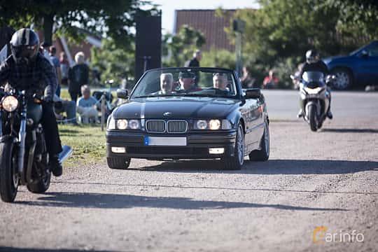 Fram/Sida av BMW 325i Convertible 2.5 Manual, 192ps, 1993 på Tisdagsträffarna Vikingatider v.26 / 2017