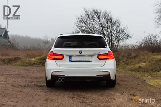 Back of BMW 320i Touring  Steptronic, 184ps, 2019
