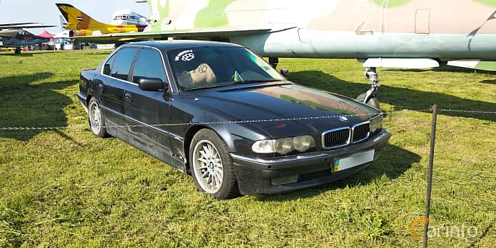 Front/Side  of BMW 740i  286ps, 1995 at Old Car Land no.1 2019