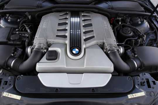 Engine compartment  of BMW 760Li  Automatic, 445hp, 2002