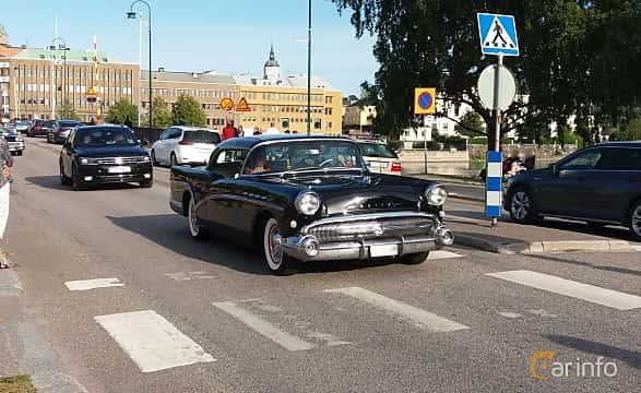 Front/Side  of Buick Century 2-door Riviera 6.0 V8 Automatic, 305ps, 1957 at Nostalgidagarna Härnösand 2019