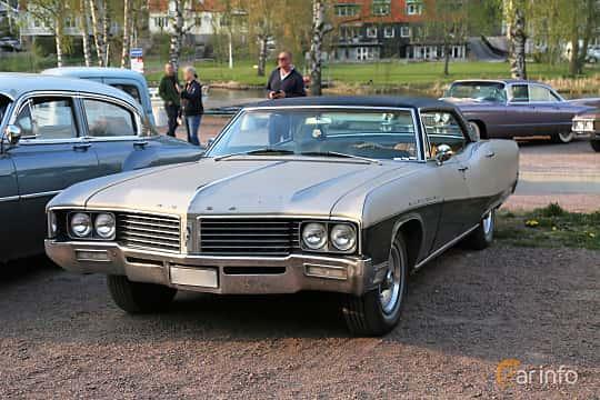 Front/Side  of Buick Electra 225 Custom 4-door Hardtop 7.0 V8 Automatic, 365ps, 1967 at Kungälvs Kulturhistoriska Fordonsvänner  2018 v.35