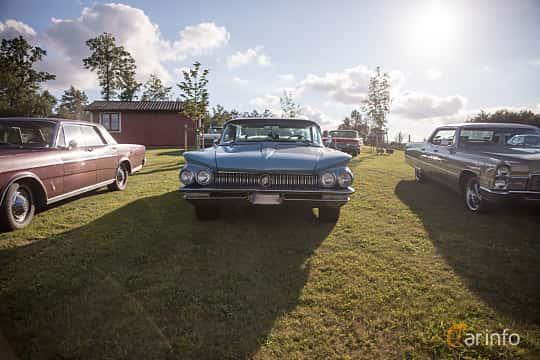Fram av Buick Electra 225 4-door Hardtop 6.6 V8 Automatic, 330ps, 1960 på Bil & Mc-café vid Tykarpsgrottan v.33 (2017)