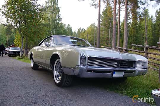 Front/Side  of Buick Riviera 7.0 V8 Automatic, 345ps, 1966 at Onsdagsträffar på Gammlia Umeå 2019 vecka 35