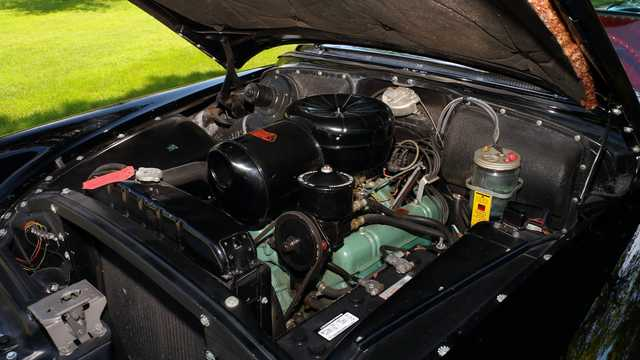 Engine compartment  of Buick Roadmaster Riviera Hardtop 5.3 V8 Automatic, 203hp, 1954