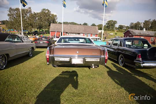 Bak av Cadillac Coupé de Ville 7.7 V8 OHV Hydra-Matic, 223ps, 1972 på Bil & Mc-café vid Tykarpsgrottan v.33 (2017)