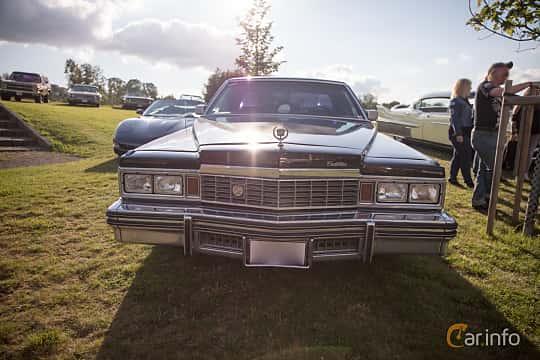 Fram av Cadillac Sedan de Ville 7.0 V8 Hydra-Matic, 182ps, 1978 på Bil & Mc-café vid Tykarpsgrottan v.33 (2017)