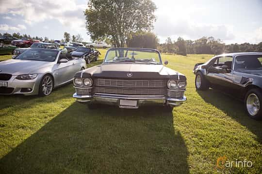 Fram av Cadillac Fleetwood Eldorado Convertible 7.0 V8 OHV Hydra-Matic, 345ps, 1964 på Bil & Mc-café vid Tykarpsgrottan v.33 (2017)