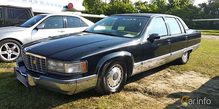 Front/Side  of Cadillac Fleetwood 5.7 V8 Automatic, 188ps, 1993 at Old Car Land no.1 2019