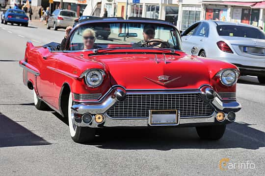 Fram/Sida av Cadillac Sixty-Two Convertible Coupé 6.0 V8 Automatic, 305ps, 1957 på Cruising Lysekil 2019