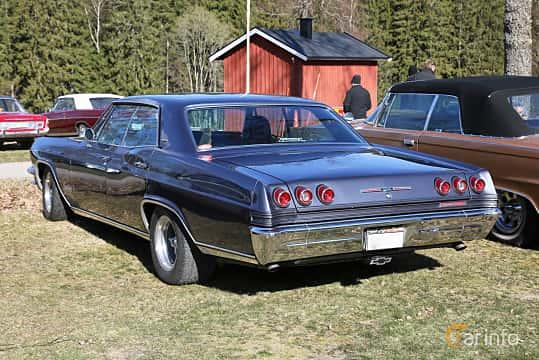 Back/Side of Chevrolet Impala Sport Sedan 6.5 V8 Powerglide, 329ps, 1965 at Uddevalla Veteranbilsmarknad Backamo, Ljungsk 2019