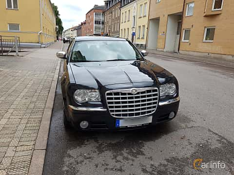 Front  of Chrysler 300C 5.7 V8 Automatic, 340ps, 2005