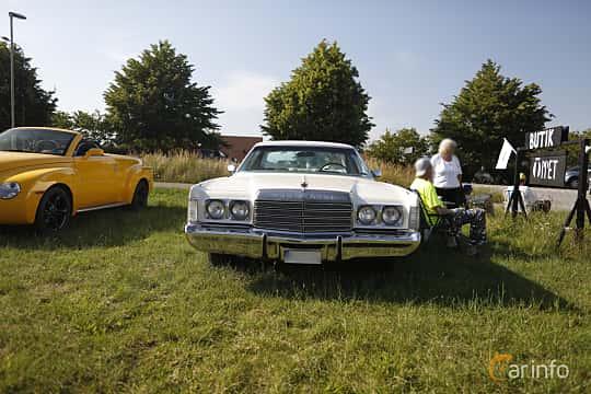 Fram av Chrysler New Yorker Brougham 2-door Hardtop 7.2 V8 TorqueFlite, 233ps, 1974 på Tisdagsträffarna Vikingatider 2019 vecka 26