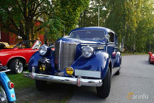 Front/Side  of Chrysler Royal 4-door Sedan 4.0 Manual, 96ps, 1938 at Onsdagsträffar på Gammlia Umeå 2019 vecka 35