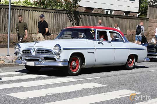 Fram/Sida av Chrysler Windsor DeLuxe Sedan 4.9 V8 PowerFlite, 190ps, 1955 på Cruising Lysekil 2019