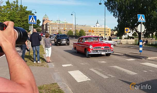 Fram/Sida av Chrysler Windsor DeLuxe Sedan 4.9 V8 PowerFlite, 190ps, 1955 på Nostalgidagarna Härnösand 2019
