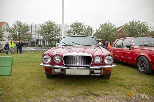 Fram av Daimler Sovereign Coupé 4.2 Manual, 186ps, 1975 på Veteranbilsträff i Vikens hamn  2019 Maj