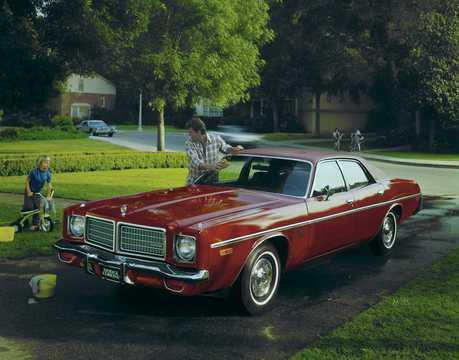 Front/Side  of Dodge Coronet Custom Sedan 5.9 V8 TorqueFlite, 233hp, 1975