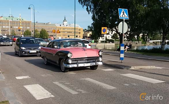 Front/Side  of Ford Fairlane Crown Victoria 4.5 V8 Automatic, 165ps, 1955 at Nostalgidagarna Härnösand 2019