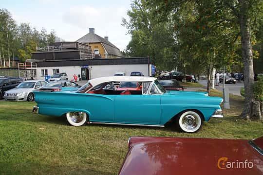 Side  of Ford Fairlane Club Victoria 4.8 V8 Automatic, 208ps, 1958 at Onsdagsträffar på Gammlia Umeå 2019 vecka 33