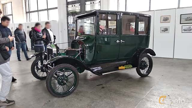 Front/Side  of Ford Model T Fordor Sedan 2.9 Manual, 20ps, 1923 at Old Car Land no.2 2018