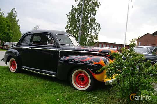 Front/Side  of Ford Super Deluxe Sedan Coupé 3.9 V8 Manual, 102ps, 1946 at Onsdagsträffar på Gammlia Umeå 2019 vecka 23