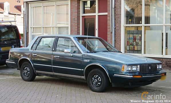 Fram/Sida av Oldsmobile Cutlass Ciera Sedan 1982