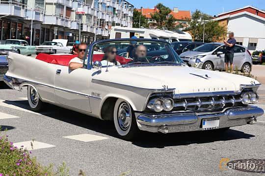 Fram/Sida av Imperial Crown Convertible 6.8 V8 TorqueFlite, 355ps, 1959 på Cruising Lysekil 2019
