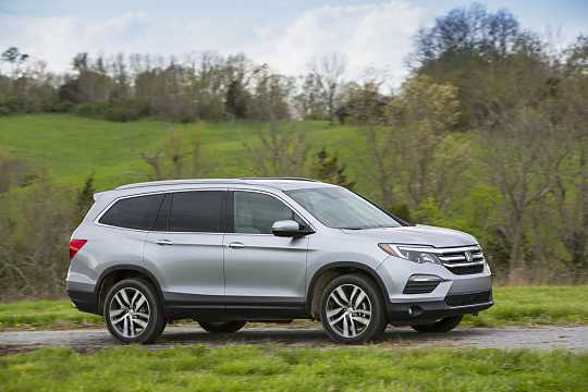 Front/Side  of Honda Pilot 3.5 V6 Automatic, 280hp, 2016