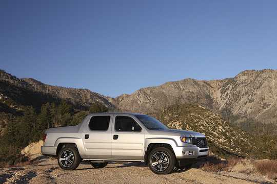 Front/Side  of Honda Ridgeline 3.5 V6 4WD Automatic, 258hp, 2014
