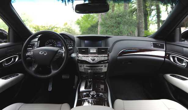 Interior of Infiniti Q70 3.7 V6 Automatic, 324hp, 2015