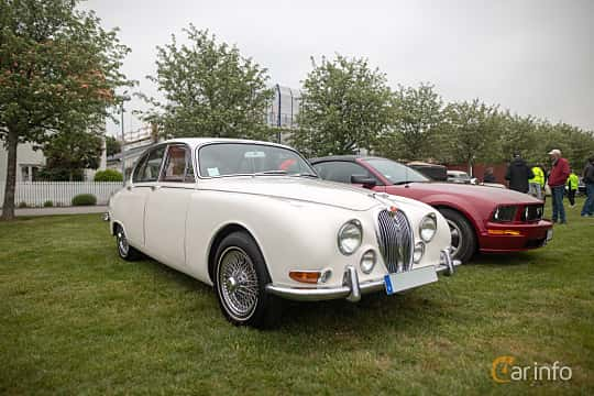 Front/Side  of Jaguar S-Type 3.4 Manual, 213ps, 1966 at Veteranbilsträff i Vikens hamn  2019 Maj