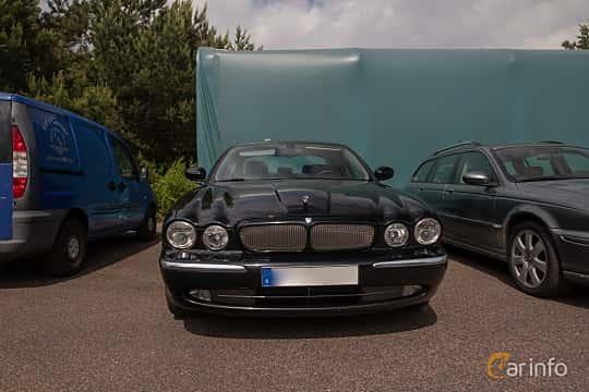 Front  of Jaguar XJR 4.2 V8 S/C Automatic, 396ps, 2004 at Joe's garage 2019´s stora Jaugurevent