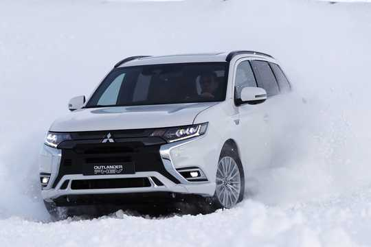 Front/Side  of Mitsubishi Outlander P-HEV 2.4 Hybrid 4WD 230hp, 2019