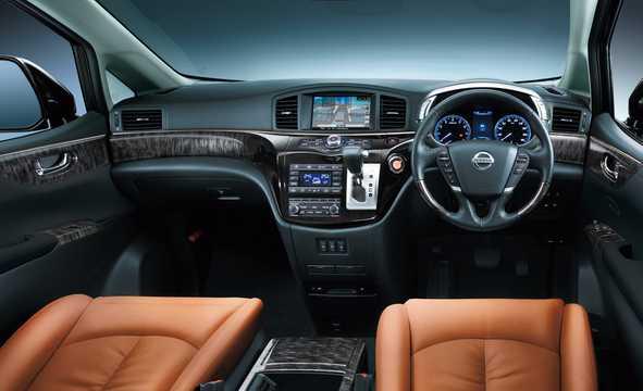 Interiör av Nissan Elgrand 2018