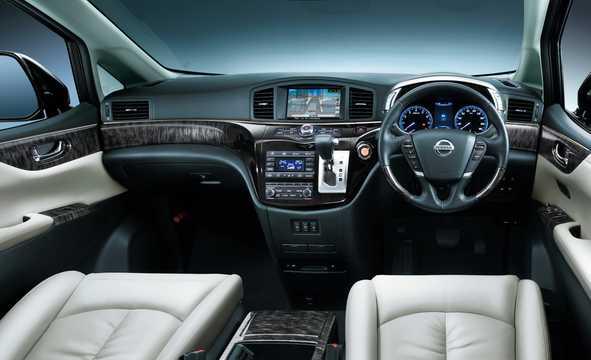 Interiör av Nissan Elgrand 2016