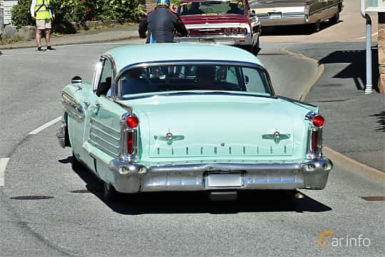 Bak/Sida av Oldsmobile Ninety-Eight Holiday Sedan 6.1 V8 Hydra-Matic, 309ps, 1958 på Cruising Lysekil 2019