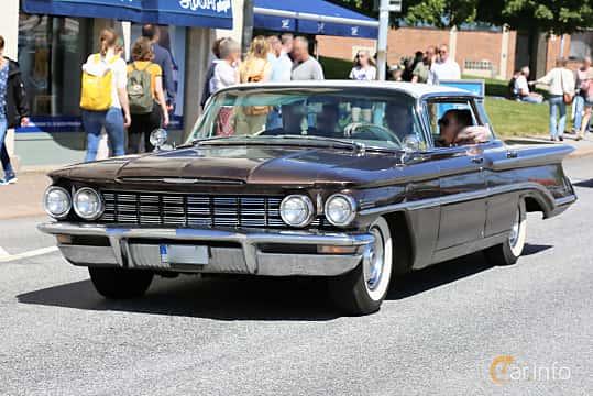 Fram/Sida av Oldsmobile Ninety-Eight Holiday SportSedan 6.5 V8 Hydra-Matic, 320ps, 1960 på Cruising Lysekil 2019