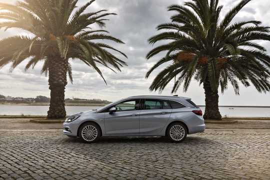 Side  of Opel Astra Sports Tourer 2016