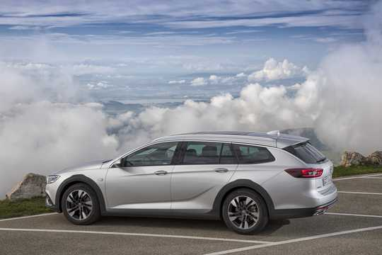 Side  of Opel Insignia Country Tourer 2017