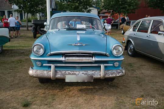 Front of Plymouth Savoy 4-door Sedan 3.6 Manual, 102ps, 1954 at Veteranbilsträff i Vikens hamn Juli 2018
